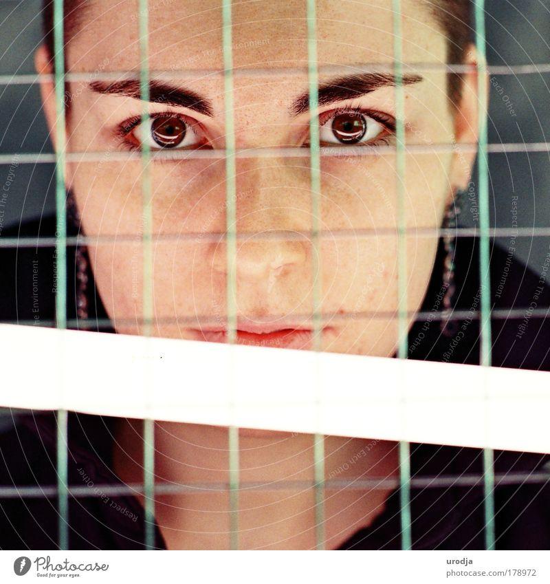 STA Farbfoto Gedeckte Farben Innenaufnahme Nahaufnahme Tag Lichterscheinung Porträt Blick Blick in die Kamera Junge Frau Jugendliche Erwachsene Haut Kopf