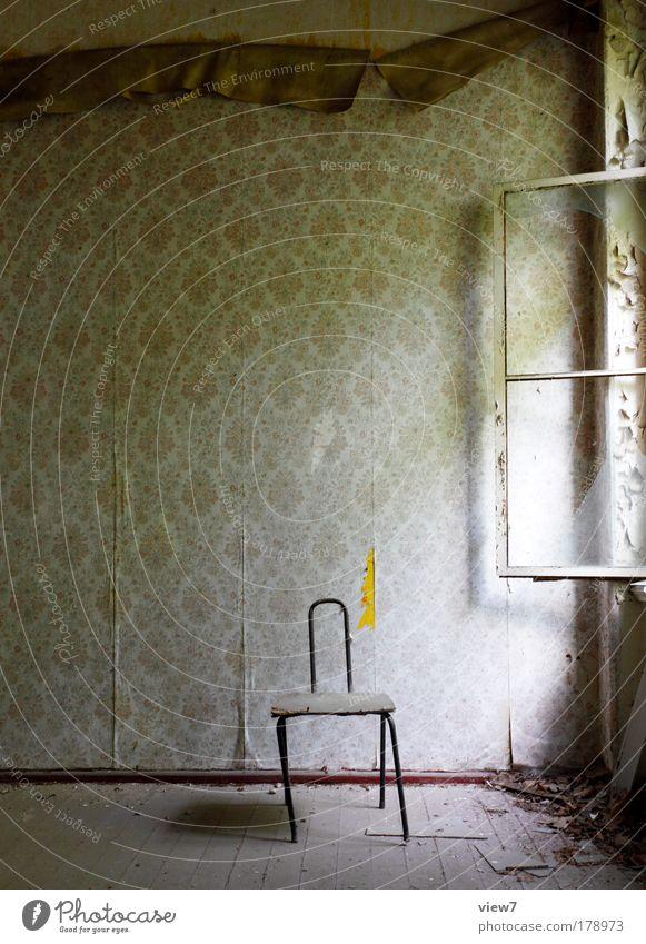 Wertewandel alt Ferne Wand Fenster Holz Stein Mauer Linie dreckig Wohnung Zeit Ordnung Stuhl kaputt Dekoration & Verzierung Vergänglichkeit