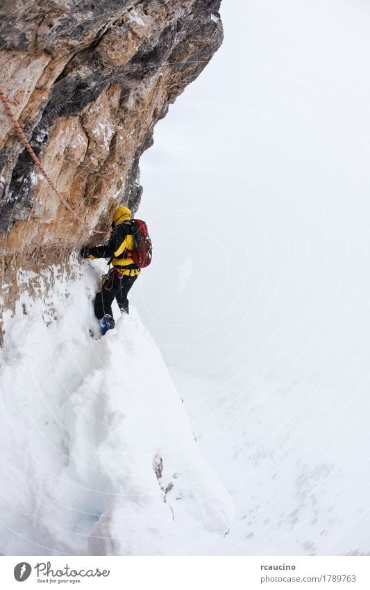 Eine Pechsträhne während eines extremen Winterkletterns Gesicht Abenteuer Expedition Schnee Berge u. Gebirge Sport Klettern Bergsteigen Seil Natur Landschaft