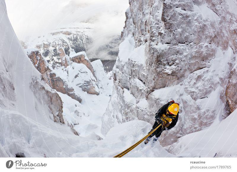 Bergsteiger, der sich während eines extremen Winterkletterns zurück abseilt Abenteuer Expedition Schnee Berge u. Gebirge Sport Klettern Bergsteigen Seil Natur