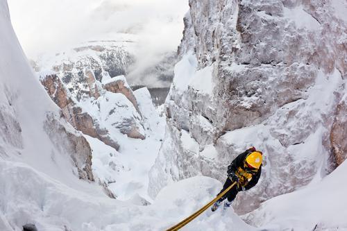 Bergsteiger, der sich während eines extremen Winterkletterns zurück abseilt Natur Landschaft Berge u. Gebirge gelb Sport Schnee Europa gefährlich Italien