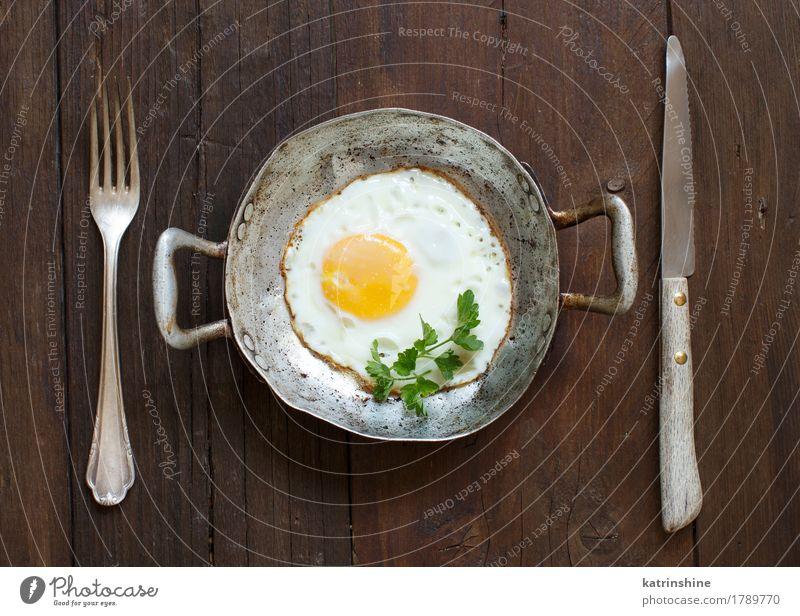 Spiegelei in einer alten Bratpfanne Kräuter & Gewürze Frühstück Pfanne frisch weiß Cholesterin Eierschale Bauernhof braten Mahlzeit Protein rustikal ungesund