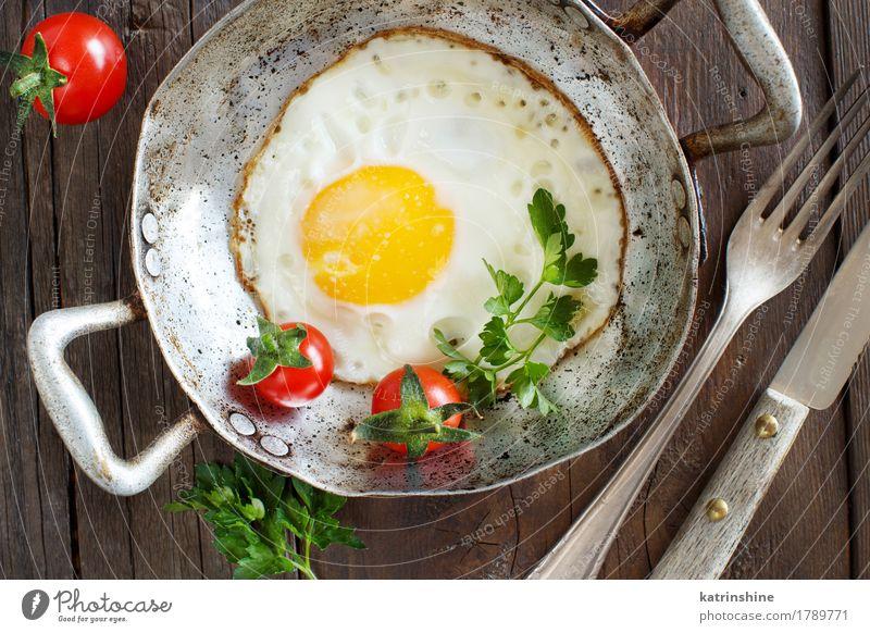 Spiegelei mit Tomaten und Kräutern Gemüse Kräuter & Gewürze Frühstück Abendessen Pfanne frisch grün rot weiß Cholesterin Eierschale Bauernhof braten Mahlzeit