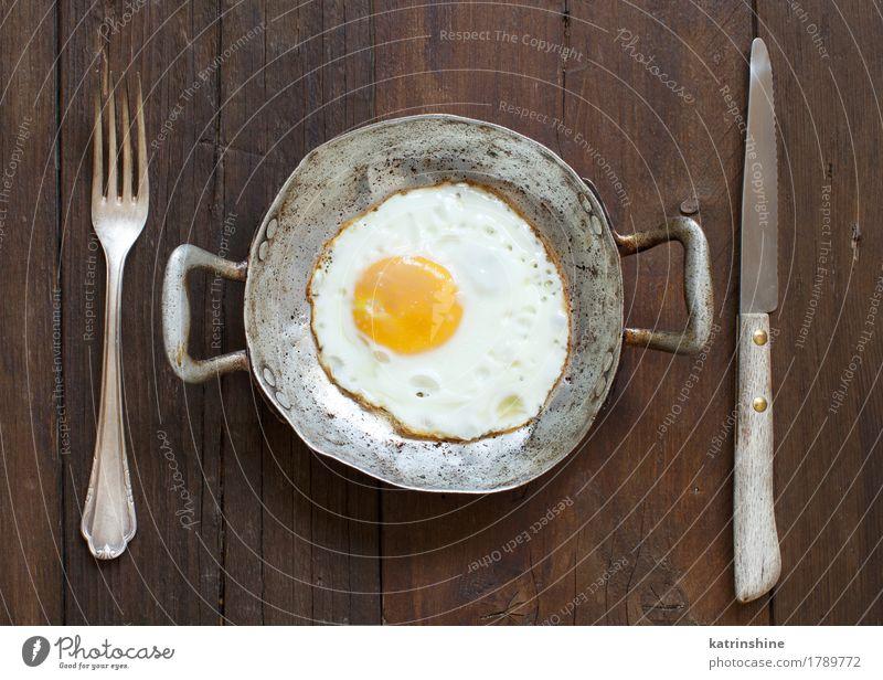 Spiegelei in einer alten Bratpfanne Essen Frühstück Pfanne frisch weiß Cholesterin Eierschale Bauernhof braten Mahlzeit Protein rustikal ungesund mehrfarbig