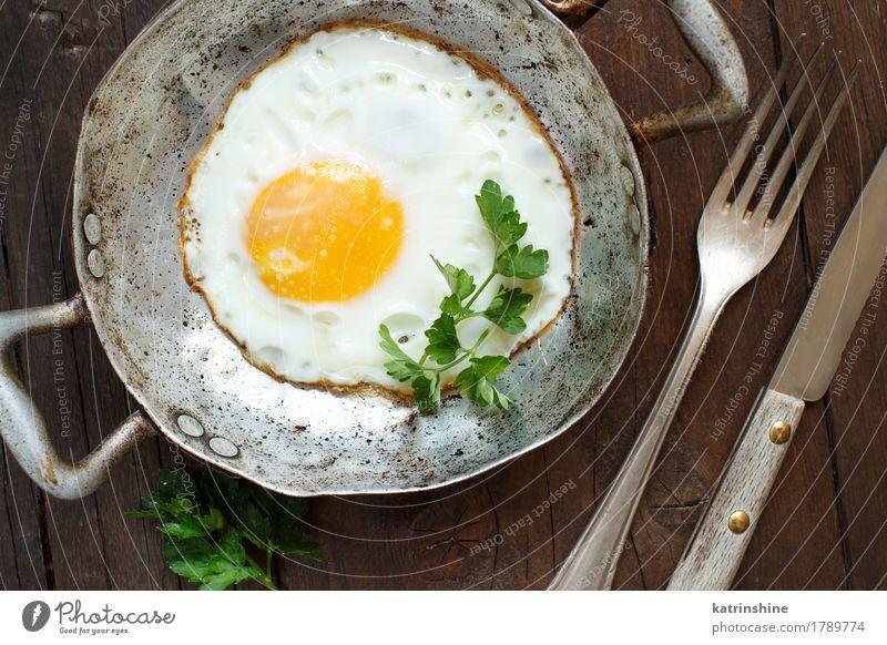 Spiegelei mit Tomaten und Kräutern grün gelb Holz frisch Kräuter & Gewürze kochen & garen Bauernhof Frühstück Abendessen Mahlzeit rustikal ungesund Pfanne