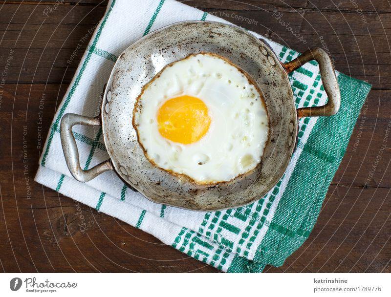 Spiegelei in einer alten Bratpfanne Kräuter & Gewürze Essen Frühstück Pfanne Tisch frisch weiß Cholesterin braten Mahlzeit Protein rustikal ungesund Nahaufnahme