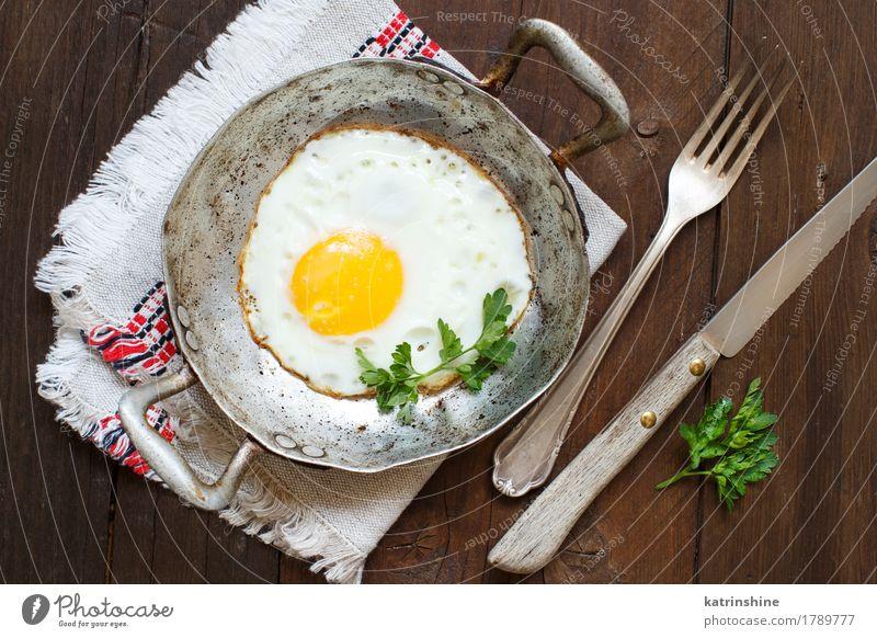 Spiegelei mit Kräutern Gemüse Essen Frühstück Abendessen Pfanne Tisch frisch grün rot weiß Cholesterin Eierschale braten Mahlzeit Protein rustikal ungesund