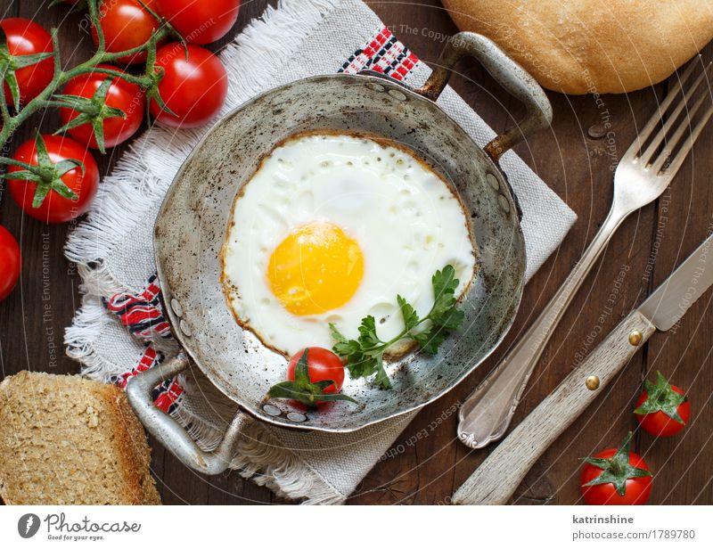 Spiegelei mit Tomaten, hausgemachtem Brot und Kräutern Essen Frühstück Abendessen Pfanne Tisch Holz frisch hell gelb grün Cholesterin braten Mahlzeit Protein