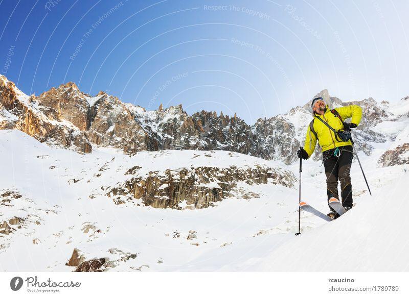 Skifahrer macht eine Pause, das Panorama betrachtend. Chamonix, Frankreich. Freude Erholung Ferien & Urlaub & Reisen Tourismus Abenteuer Expedition Winter