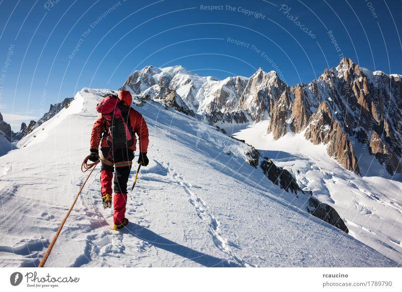 Mountaneer klettert einen schneebedeckten Bergrücken in Mont Blanc, Frankreich Abenteuer Expedition Sonne Winter Schnee Berge u. Gebirge Sport Klettern