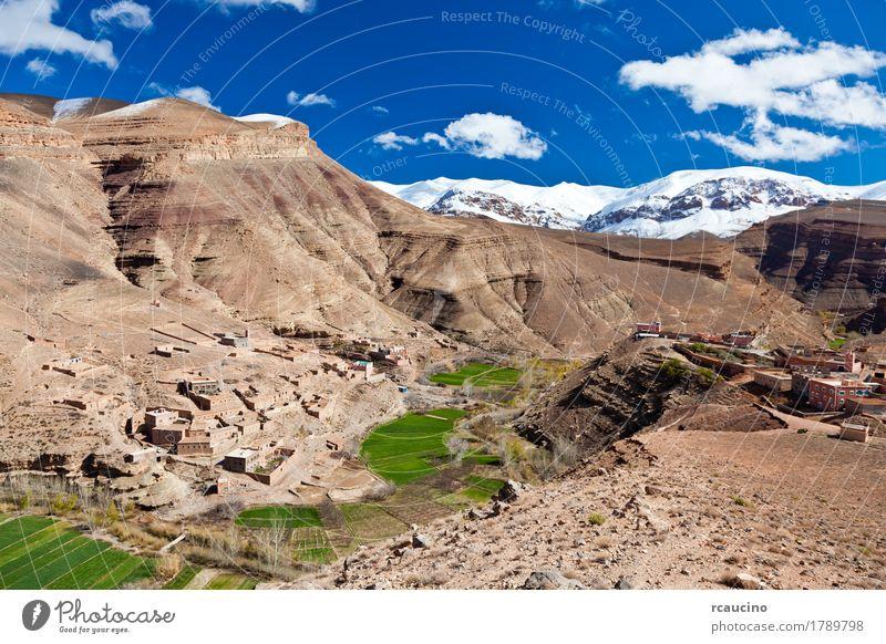 Marokko: Landschaft von Dades Valley im Atlasberg Schnee Berge u. Gebirge Natur Himmel Wolken Baum Oase Dorf blau grün Afrika horizontal Kabah maroc Gipfel Tal