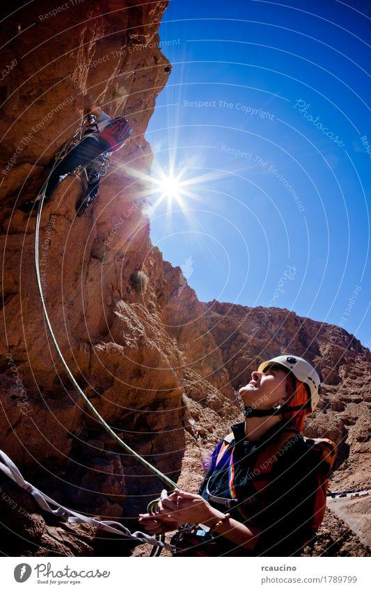 Ein weiblicher Bergsteiger beladet während eines Steigens in Marokko Gesicht Ferien & Urlaub & Reisen Abenteuer Expedition Sommer Sonne Berge u. Gebirge Sport