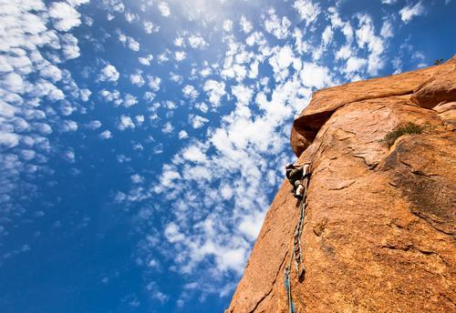 Bergsteiger auf einer steilen Granitklippe, Marokko, Afrika. Ferien & Urlaub & Reisen Mann blau Landschaft Wolken Berge u. Gebirge Erwachsene Abenteuer Seil