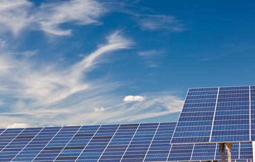 Photovoltaik-Panels in einem Solarkraftwerk über einen blauen Himmel. grün Wolken Umwelt natürlich Energie Klima Industrie Sauberkeit ökologisch Sonnenenergie
