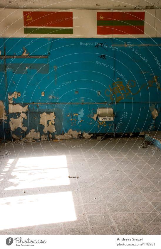 Wandflagge alt blau weiß grün rot kalt Graffiti Architektur grau Stil Gebäude Stein Mauer Wohnung Fassade