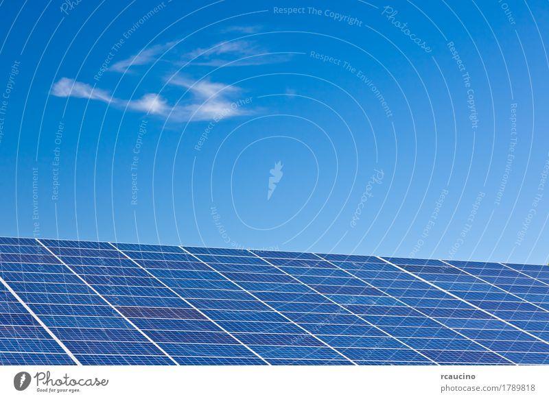 Photovoltaik-Panels in einem Solarkraftwerk über einen blauen Himmel. Industrie Sonnenenergie Umwelt Wolken Klima natürlich Sauberkeit grün Energie alternativ