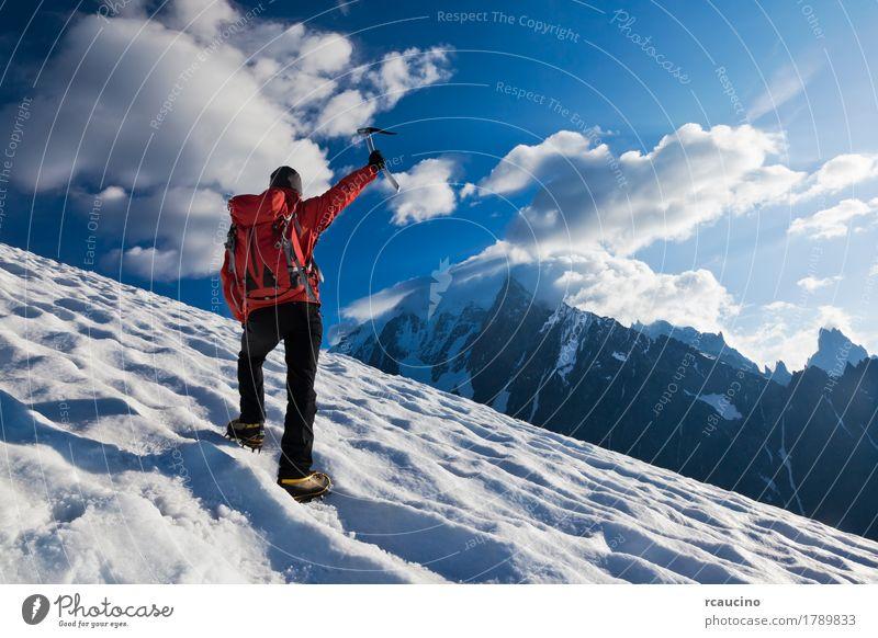 Bergsteiger, der aufwärts auf einen Gletscher geht. Mont Blanc, Frankreich. Abenteuer Expedition Winter Schnee Berge u. Gebirge Klettern Bergsteigen Erfolg