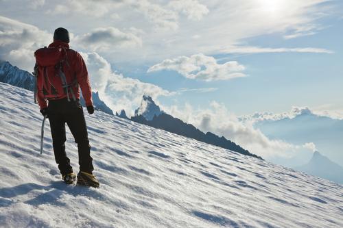 Bergsteiger, der aufwärts auf einen Gletscher geht. Mont Blanc, Frankreich. Mensch Himmel Mann blau weiß Landschaft rot Einsamkeit Wolken Winter