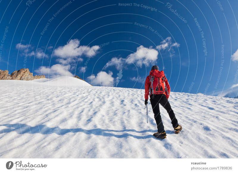 Bergsteiger, der aufwärts auf einen Gletscher geht. Mont Blanc, Frankreich. Abenteuer Expedition Winter Schnee Berge u. Gebirge Klettern Bergsteigen Mensch