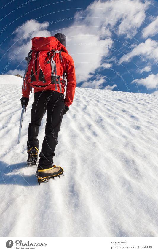 Ein Bergsteiger, der aufwärts auf einen Gletscher geht. Mont Blanc, Frankreich. Abenteuer Expedition Winter Schnee Berge u. Gebirge Klettern Bergsteigen Erfolg
