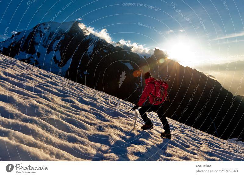 Mensch Himmel Mann blau weiß Landschaft rot Einsamkeit Wolken Winter Berge u. Gebirge Erwachsene Schnee Junge Erfolg Europa