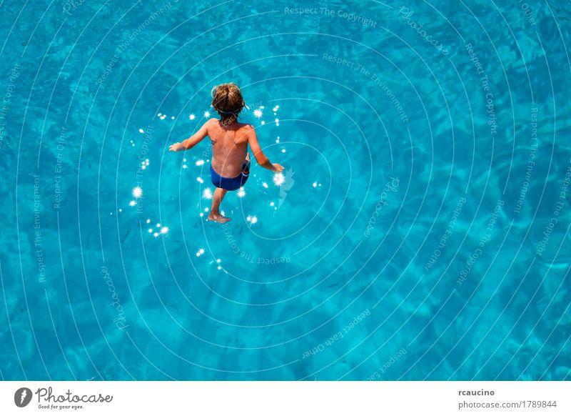 Junge, der in das Meer springt Freude Erholung Ferien & Urlaub & Reisen Tourismus Sommer Kind Mann Erwachsene springen blau türkis übersichtlich knusprig