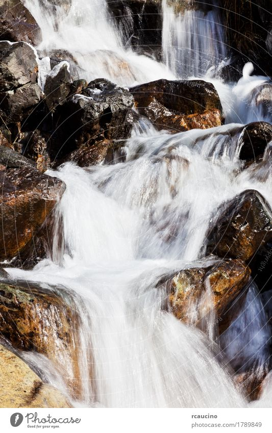 Kleiner Bergbach mit klarem Süßwasser Natur schön weiß Landschaft Berge u. Gebirge natürlich klein Stein Felsen frisch Hügel Fluss Bach Tal vertikal Wasserfall