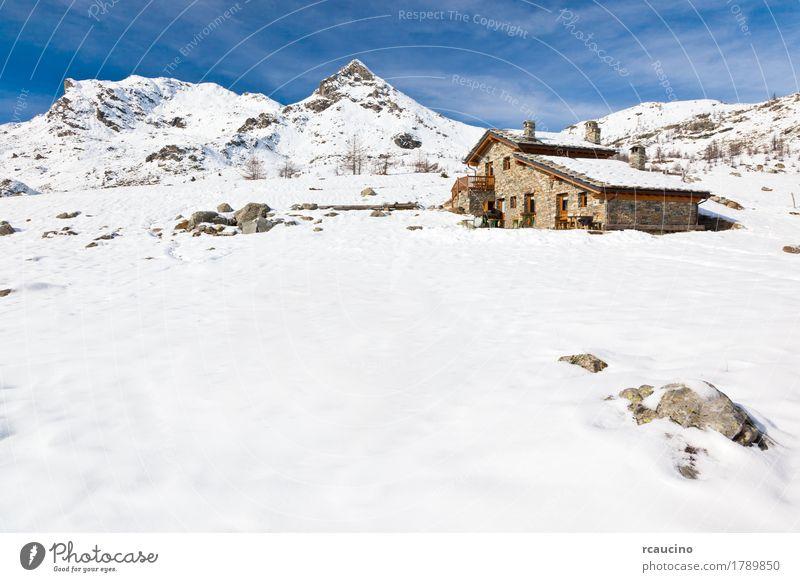 Eine Berghütte in einer schneebedeckten Berglandschaft. Val d'Aosta, Italien Ferien & Urlaub & Reisen Tourismus Abenteuer Winter Schnee Berge u. Gebirge Natur