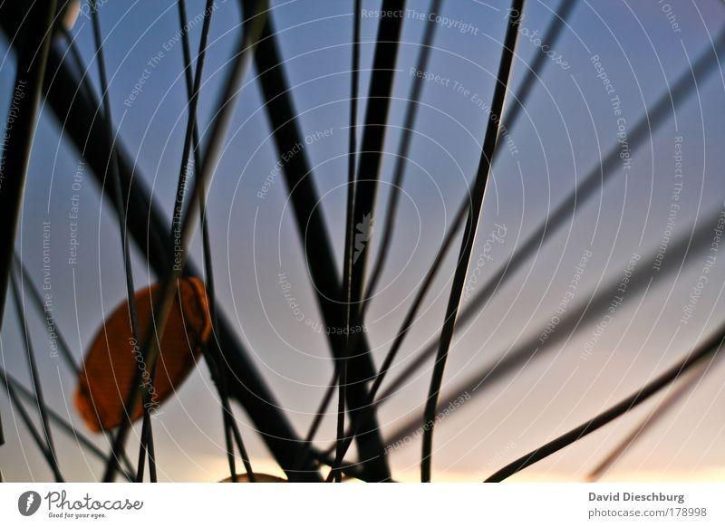 Kreuz und Quer Himmel Linie Fahrrad Verkehr diagonal Wolkenloser Himmel Bildausschnitt gerade Verkehrsmittel Speichen quer Reflektor