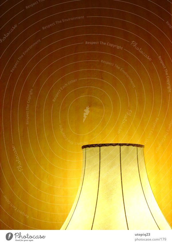Wohnschirm Stehlampe Lampenschirm Tapete gestreift Physik Licht Häusliches Leben Wärme Wohnzimmer light fabric pattern Mauer