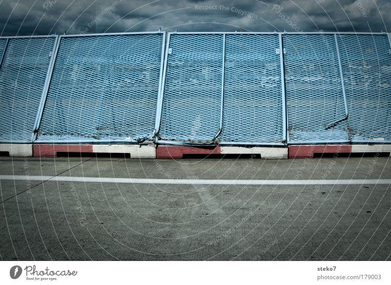 ausgegrenzt blau Stadt Wolken Linie Sicherheit Ende Schutz Flughafen Grenze Zaun Verbote Gitter stagnierend standhaft Luftverkehr Rollfeld