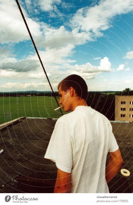 Monsun on the top Mensch Jugendliche blau Sommer Fenster maskulin Wetter Hochhaus T-Shirt bedrohlich Rauchen Mann Zigarette Aggression eckig Junger Mann