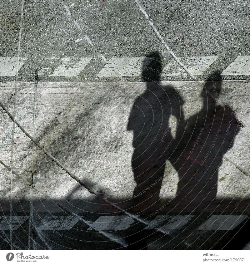 Schatten auf Umwegen Schattenfiguren Verkehrswege Fußgänger Straße Zusammenhalt Spuren Bahnen Lebenszeichen Fußgängerschutzweg Zebrastreifen Bremsspuren