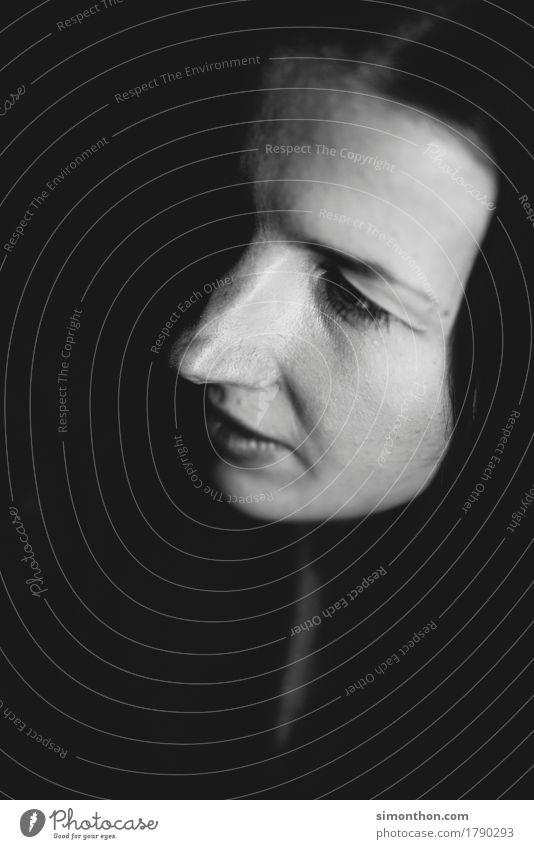 Portrait Mensch Einsamkeit ruhig Traurigkeit feminin Tod träumen Hilfsbereitschaft Hoffnung Trauer Glaube Sehnsucht Fernweh Müdigkeit Sorge Langeweile