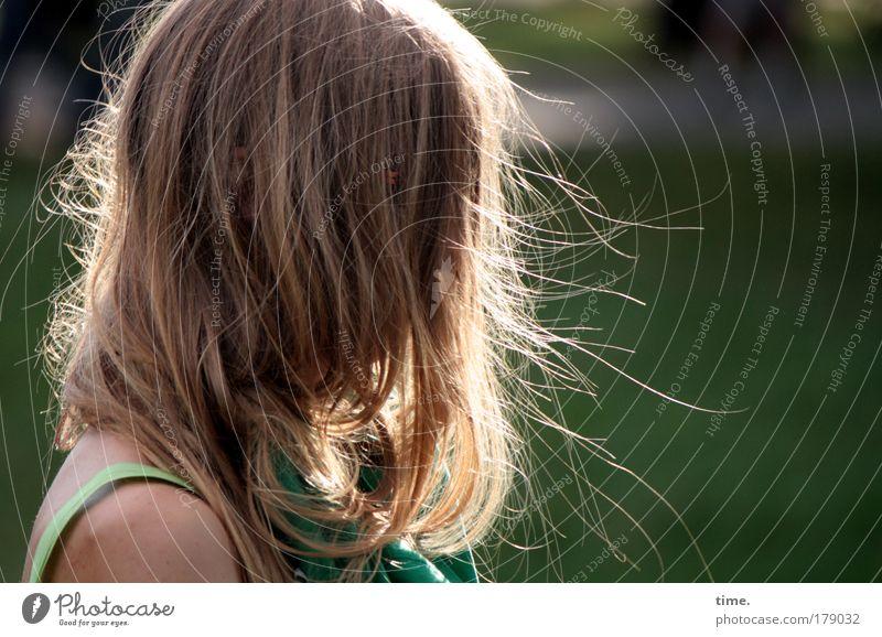 Windspiel Frau feminin Sonne Gegenlicht Haare fliegen wehen ruhen in sich versunken T-Shirt Kopf Haare & Frisuren Haarsträhne träumen Licht Schatten