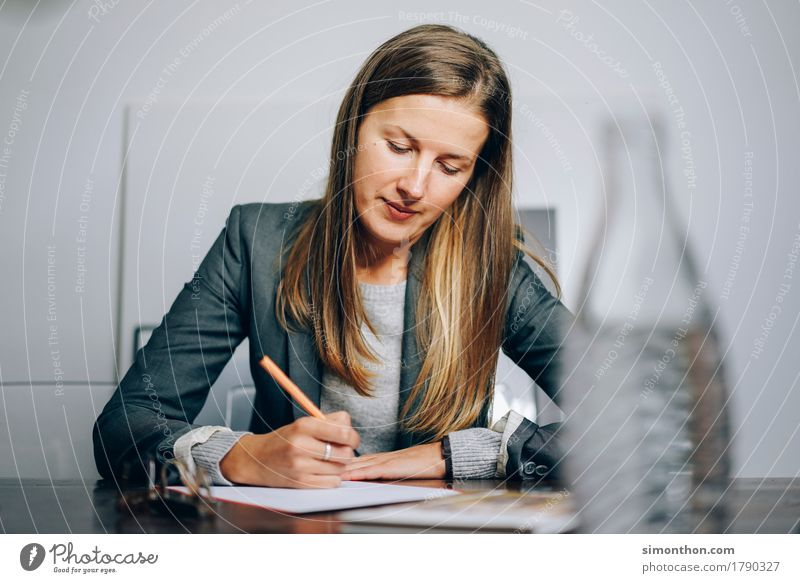 Business feminin Schule Ordnung modern Kommunizieren Kreativität Perspektive lernen Lebensfreude Papier planen Macht Ziel Netzwerk Bildung