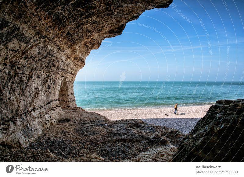 Klippen bei Etretat, Frankreich Sommer Strand Mann Erwachsene 1 Mensch Natur Landschaft Wasser Himmel Horizont Küste Seeufer Meer Atlantik Normandie Étretat