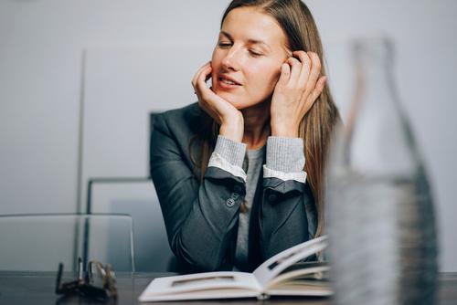 Business Bildung Erwachsenenbildung Berufsausbildung Azubi Praktikum Studium lernen Student Arbeitsplatz Büro Wirtschaft Medienbranche Werbebranche