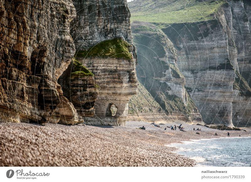 Strand bei Etretat Sommer Umwelt Natur Landschaft Sand Wasser Küste Bucht Meer Atlantik Felsvorsprung Felsen Felsentor Weide gigantisch Unendlichkeit natürlich