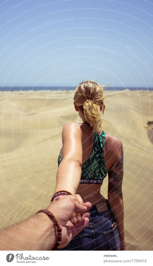 Hand in hand Ferien & Urlaub & Reisen Abenteuer Ferne Freiheit Sommer Sonne feminin Junge Frau Jugendliche 18-30 Jahre Erwachsene Sand Wolkenloser Himmel Wind