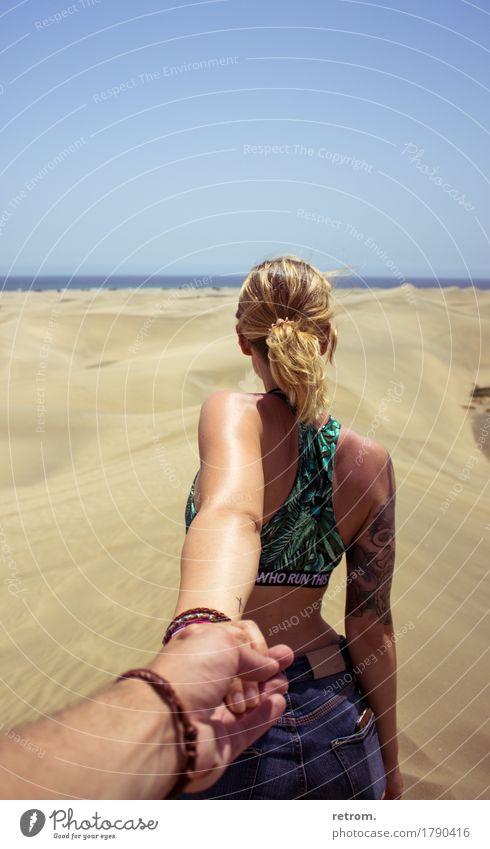 Hand in hand Ferien & Urlaub & Reisen Jugendliche Sommer Junge Frau Sonne Ferne 18-30 Jahre Erwachsene Wärme feminin Glück Freiheit Sand Zusammensein
