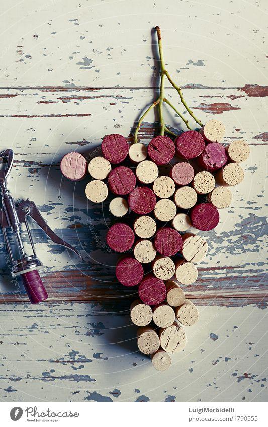Korken Trauben Tisch Holz Metall natürlich oben retro braun grau rot silber Farbe Stoppel rustikal Konsistenz Weingut altehrwürdig Utensil Holzhintergrund Cork
