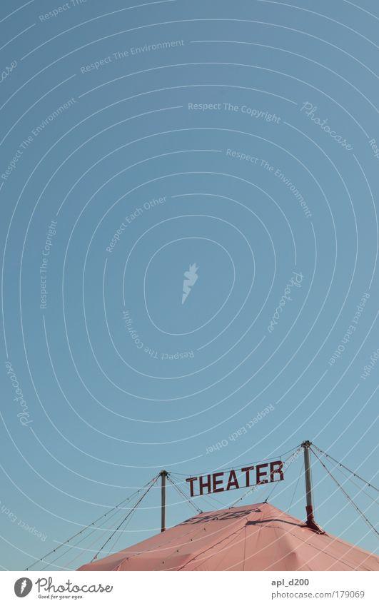So ein Farbfoto Gedeckte Farben Außenaufnahme Textfreiraum oben Textfreiraum Mitte Hintergrund neutral Tag Licht Sonnenlicht Ausflug Kunst Theater Bühne