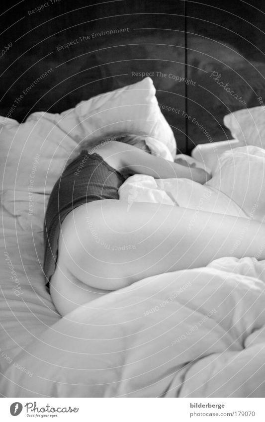 nacht in Berlin Schwarzweißfoto Morgen feminin Körper Haut Gesäß Beine 1 Mensch 18-30 Jahre Jugendliche Erwachsene schlafen Erotik Geborgenheit Begierde Lust