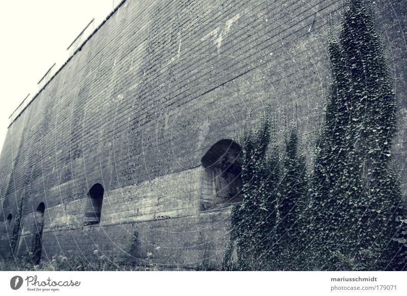 hier kommst du nicht rein alt ruhig dunkel kalt Wand Gefühle grau Mauer Architektur Felsen Fassade Sicherheit trist authentisch bedrohlich