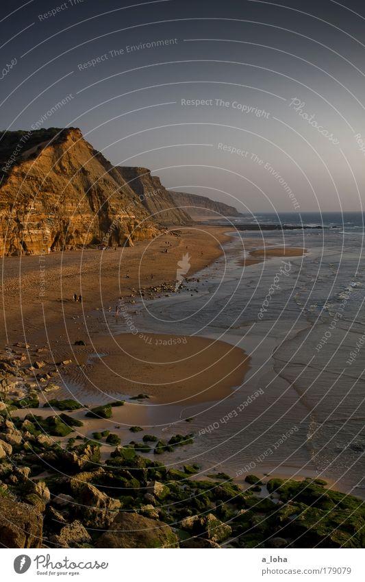 life is a beach Farbfoto Außenaufnahme Tag Sonnenlicht Starke Tiefenschärfe Ferne Strand Meer Wellen Landschaft Sand Wolkenloser Himmel Felsen entdecken träumen