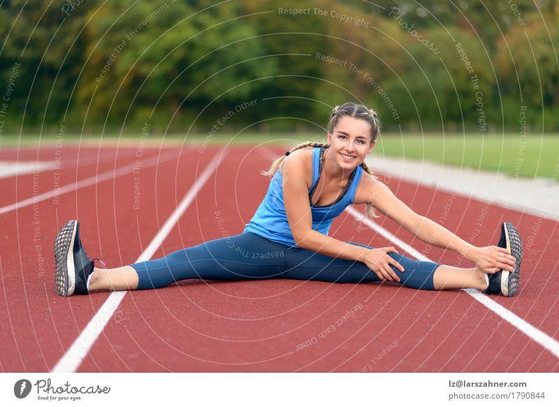 Junge Frau des glücklichen Sitzes, die Übungen ausdehnend tut Lifestyle Glück schön Gesicht Sommer Sport feminin Erwachsene 1 Mensch 18-30 Jahre Jugendliche