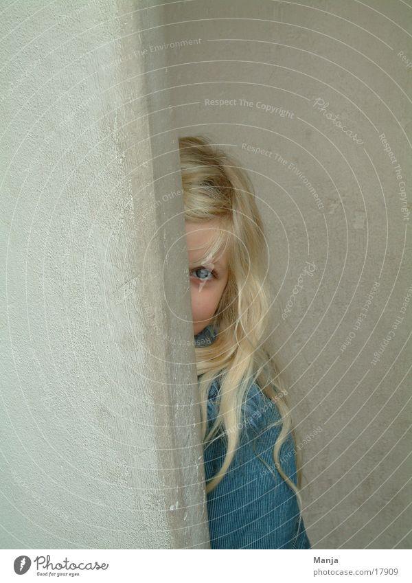 Lina schmult Mädchen Kind Wand Mensch verstecken