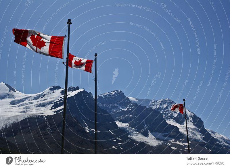 Canada Farbfoto Außenaufnahme Natur Landschaft Abenteuer Kanada Fahne Berge u. Gebirge Schnee Himmel blau canada