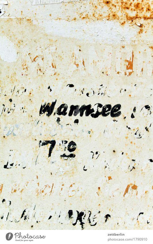 Wannsee wegfahren Abfahrt verfallen abblättern alt Etikett Beschriftung Buchstaben Fahrplan Hinweisschild Information Kommunizieren Menschenleer Rost